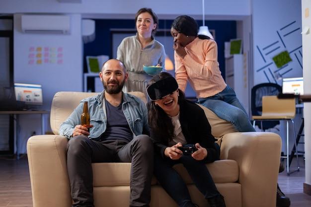 사무실에서 vr 안경으로 게임을 하는 근로자 그룹