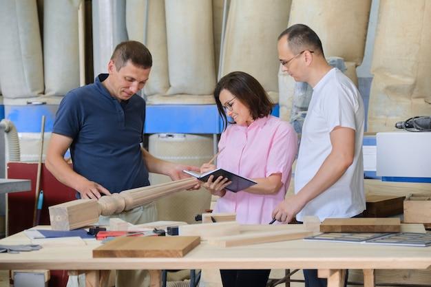 목재 제품을 논의하는 일하는 사람들의 그룹