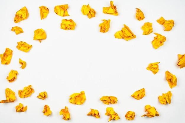 복사 공간 흰색 배경에 노란색 구겨진 된 종이 공의 그룹