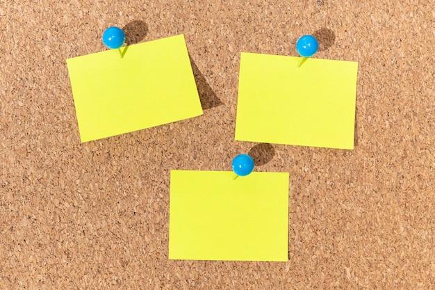Группа желтых записок на пробковой доске для добавления текста. макет шаблона