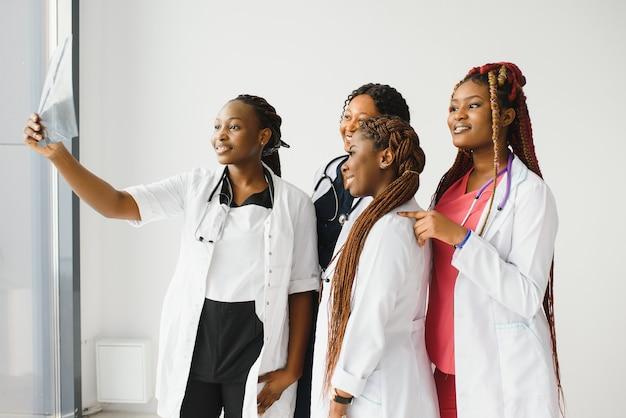白い背景の上の若いアフリカの医療従事者のグループ