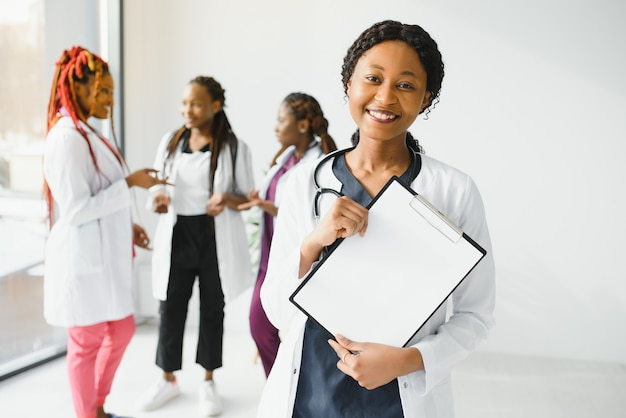 Группа молодых африканских медицинских работников на белом фоне