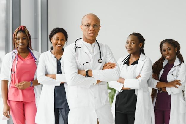 Группа молодых африканских медицинских работников на белом