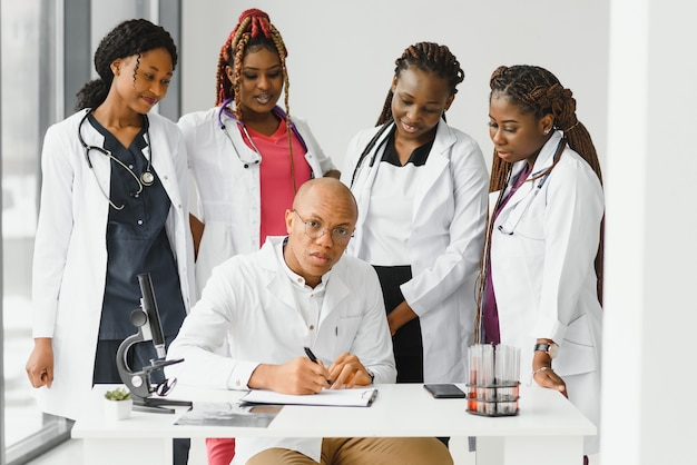 Группа молодых африканских медицинских работников