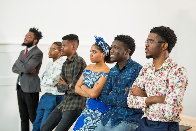 オフィスの若いアフリカ人のグループ