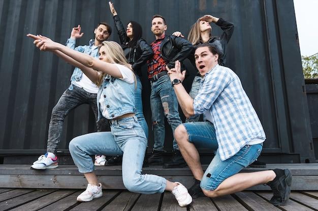 Группа молодых и стильных людей, изображающих забавных супергероев на городской улице