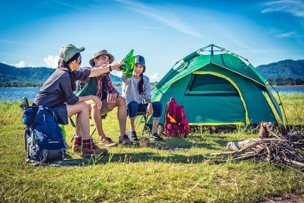 젊은 아시아 친구의 그룹 캠핑 배낭 호수에서 피크닉과 파티를 즐길 수
