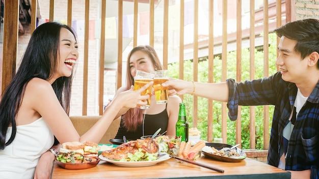 맥주 축제를 축 하하는 젊은 아시아 사람들의 그룹