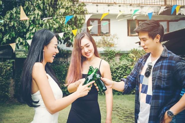 홈 파티를 즐기면서 행복 젊은 아시아 사람들의 그룹