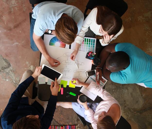 젊은 사업가 및 디자이너 그룹입니다. 그들은 새로운 프로젝트를 진행 중입니다. 시작 개념입니다.