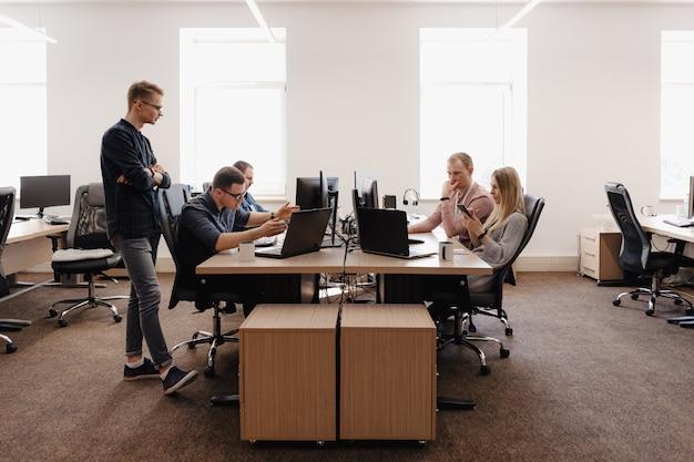 オフィスで働く若いビジネス人々のグループ