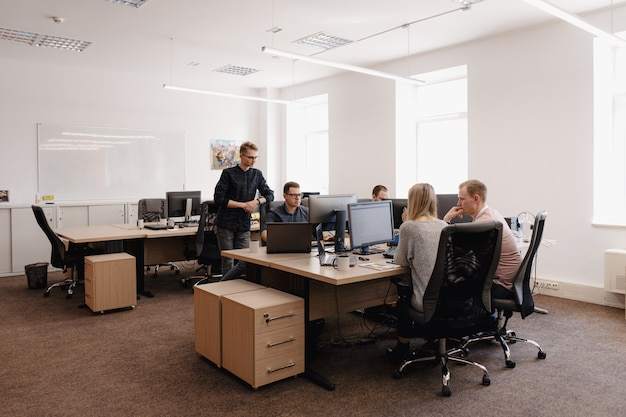 사무실에서 일하는 젊은 사업 사람들의 그룹