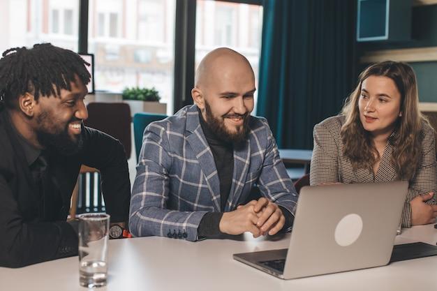 젊은 기업인의 그룹 작업 및 동료와 함께 사무실에 앉아 의사 소통