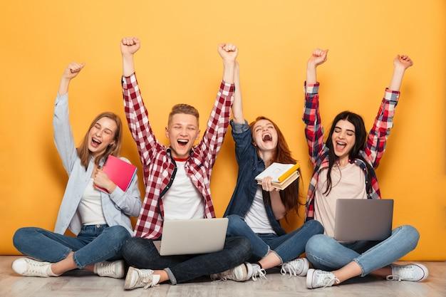 Группа молодых веселых школьных друзей делает домашнее задание