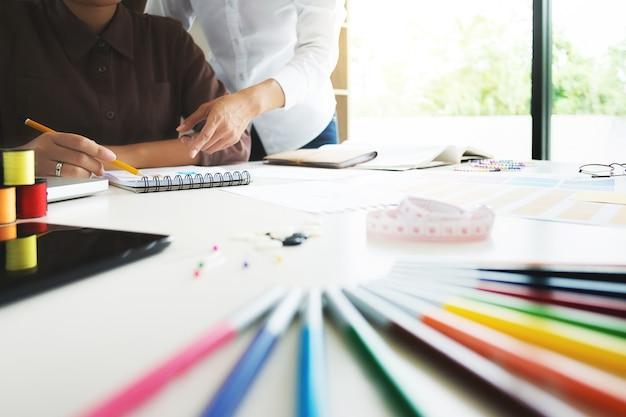 Группа молодых творческих модельеров, работающих над проектом в студии