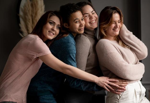 Группа в составе молодые подруги вися вне дома. дружба, красота, позитив и люди концепции. фото высокого качества
