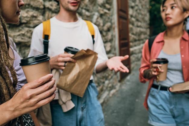 Группа молодых друзей, общающихся на открытом воздухе