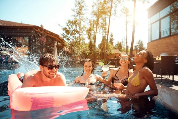 수영장에서 수영하는 젊은 행복 한 사람들의 그룹