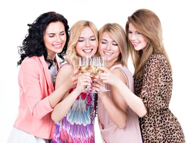 若い幸せな女性のグループはパーティーとワインを飲む-白で隔離