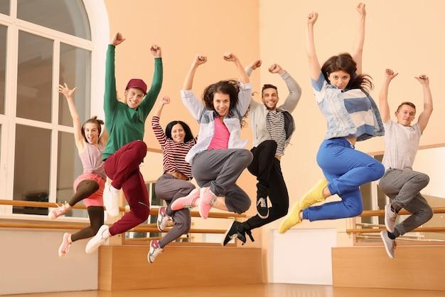 スタジオの若いヒップホップダンサーのグループ
