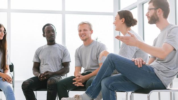アイデアについて話し合う、志を同じくする若い人々のグループ。ビジネスと教育