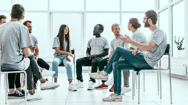 考えを話し合う志を同じくする若者のグループ