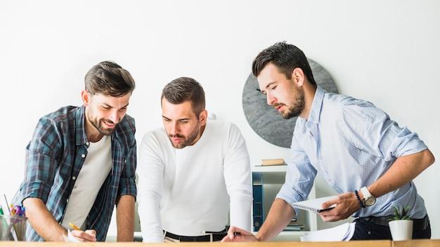 Группа молодых мужчин архитектор, работающих в офисе