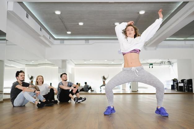 Группа молодых современных танцоров танцует в студии