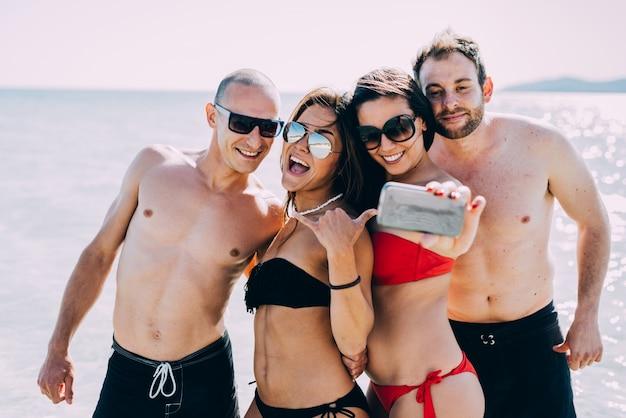 젊은 다민족 친구 해변 여름의 그룹