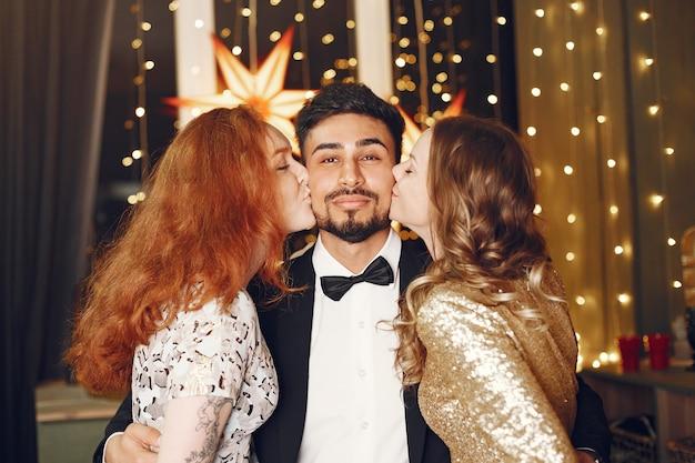 新年を祝う若者のグループ。インド人男性の女性。
