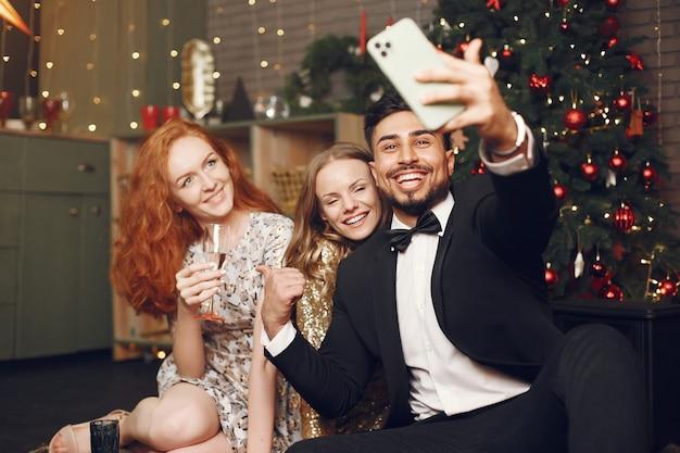 Группа молодых людей, празднующих новый год. женщины с индийским мужчиной.