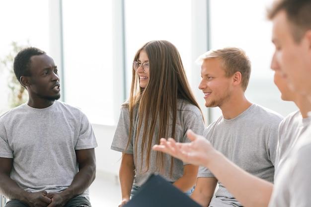자신의 아이디어를 논의하는 젊은 사람들의 그룹