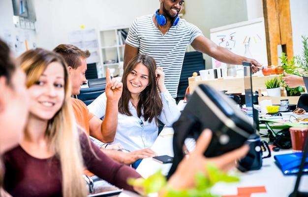 Группа молодых людей, работающих с сотрудниками, развлекается с очками виртуальной реальности vr