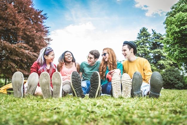 公園で若い人たちのグループ