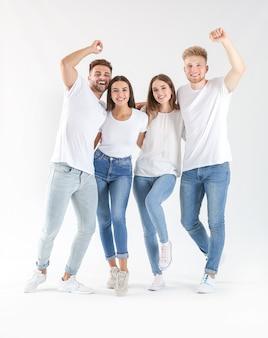 白のスタイリッシュなカジュアルな服を着た若者のグループ
