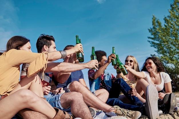 屋外で乾杯する若者のグループ