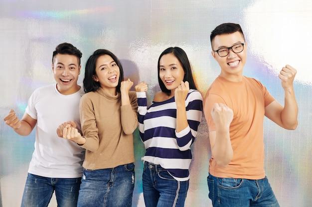 拳バンプを作る若い人たちのグループ