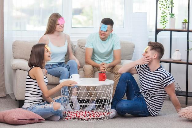 Группа молодых людей, играющих в игры в помещении. активная молодежь. счастливые улыбающиеся люди веселятся. студенты на каникулах.