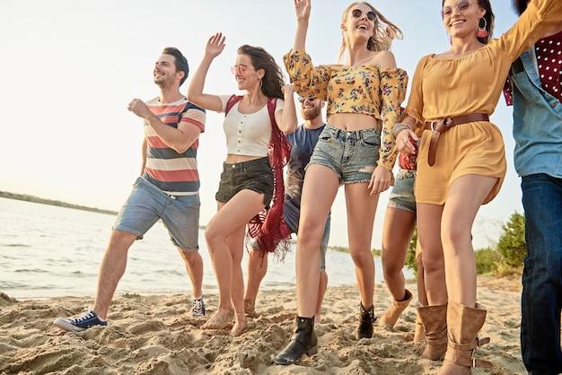 ビーチで走っている若者のグループ