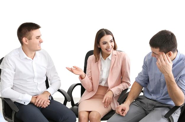 실내에서 함께 의자에 앉아 있는 젊은 사람들의 그룹입니다. 유니티 컨셉