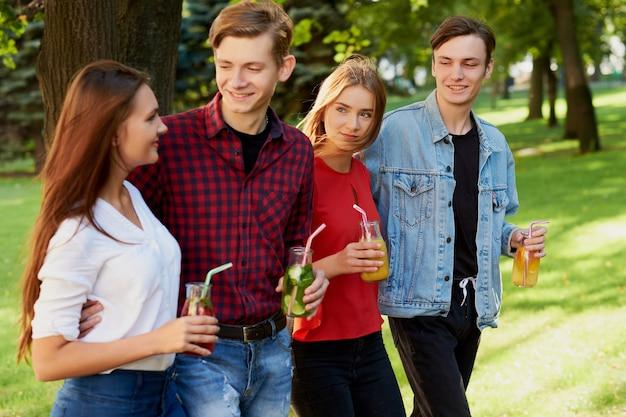 해독 칵테일을 가진 젊은 사람들의 그룹은 여름에 함께 시간을 보냅니다