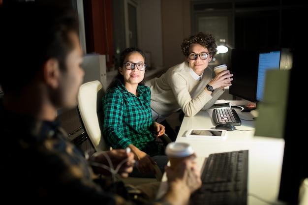 Группа молодых людей, работающих в ночное время