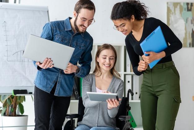 Группа молодых людей, работающих вместе в офисе