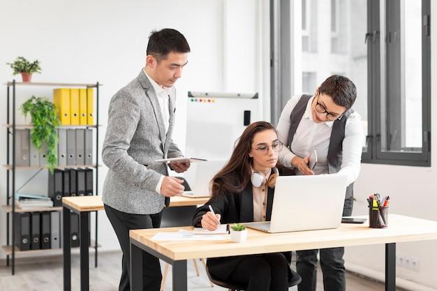 Группа молодых людей, работающих вместе