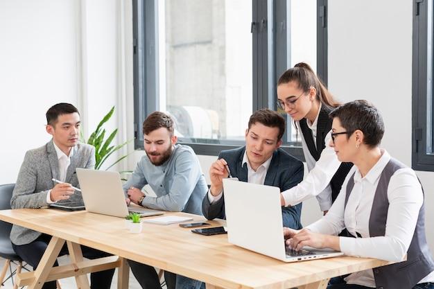 Группа молодых специалистов, работающих вместе