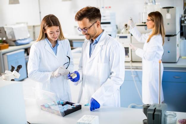실험실에서 화학 데이터를 분석하는 젊은 연구자 그룹