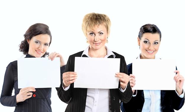 Группа молодых улыбающихся деловых людей. на белом фоне