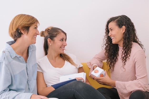 Группа молодых социальных работников готовит урок эмоций для детей