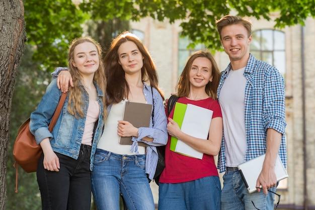 校舎の前で若い学生たちのグループ Premium写真