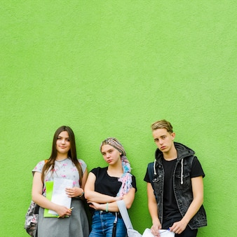 Группа молодых студентов, создавая на зеленый